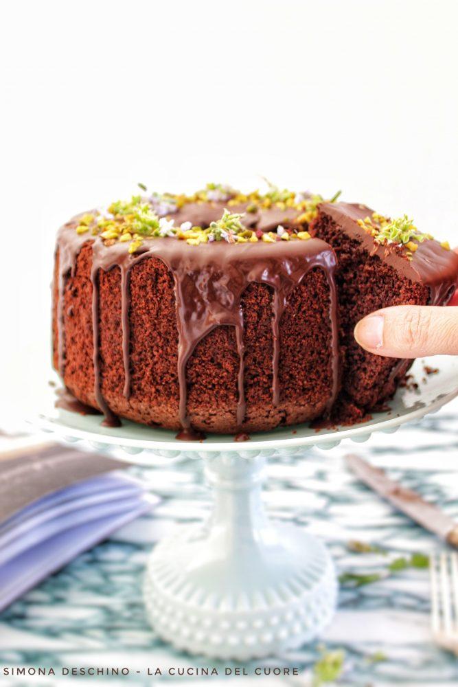 colata di cioccolato sulla chiffon cake al cioccolato