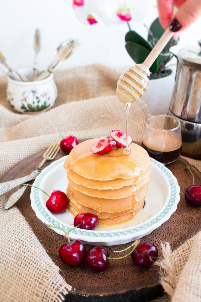 Pancakes con ciliegie e miele di lavanda