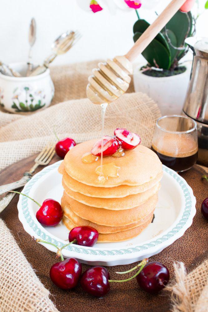 Pancakes con ciliegie e miele