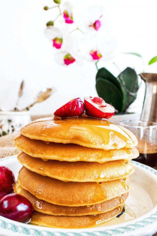 Pancakes con frutta e miele di lavanda