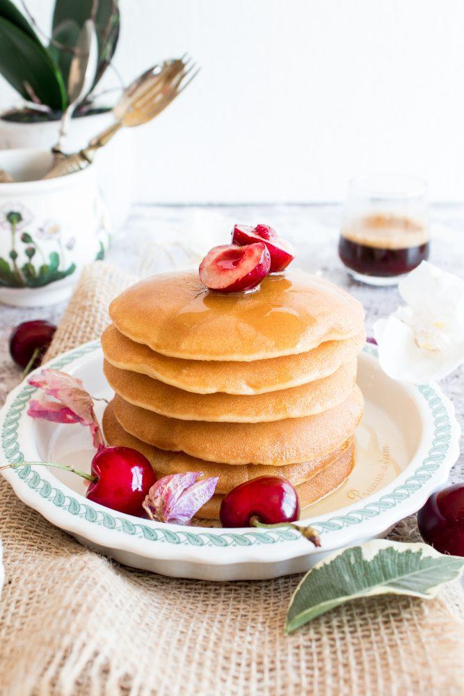 Pancakes con frutta e miele
