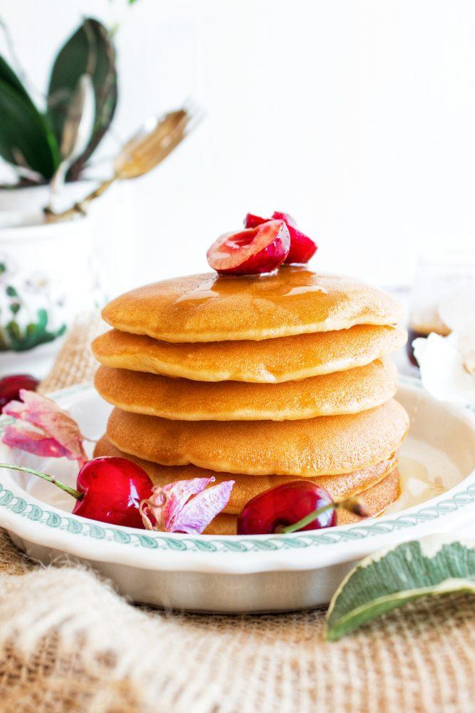 Pancakes con frutta fresca e miele