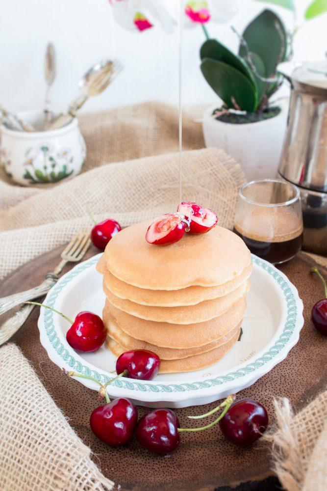 Pancakes con miele di lavanda caldo e zucchero a velo