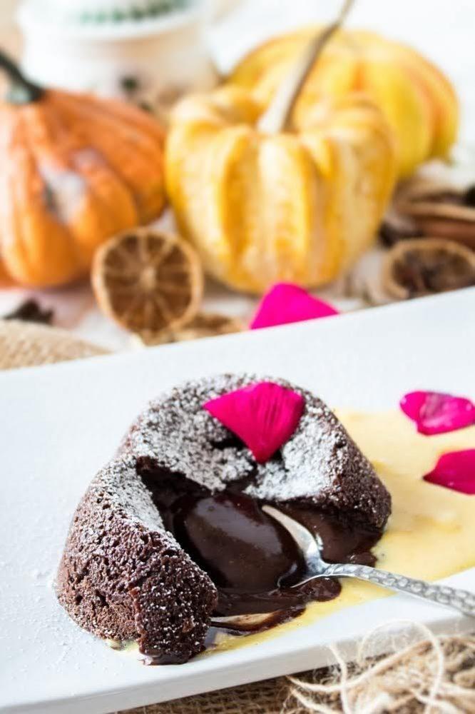 Tortino al cioccolato e Grand Marnier dal cuore caldo con crema inglese alla zucca e cannella-01