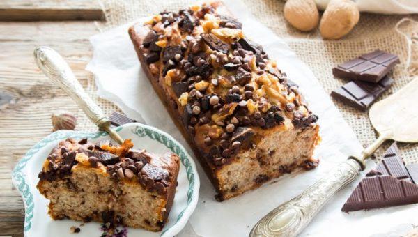 Plumcake al cioccolato, frutta secca e banane